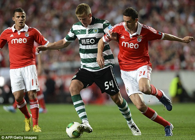 1408260620937_wps_8_Sporting_s_English_defend